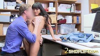 Asiática transa gostoso com o patrão