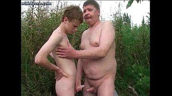 Coroa gay gordinho dando no mato para o novinho safado