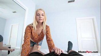 Coroa pervertida afim de sexo entrou no quarto do enteado e meteu com ele