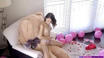 Gatinha comemorou o seu aniversario sentando na piroca