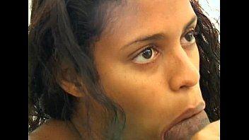 Bunduda brasileira engole cacete com o seu rabo