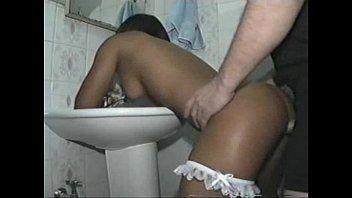 Enrabando a empregada no banheiro de casa
