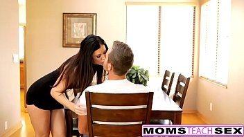 Mãe dando uma aula de sexo para o seu filho