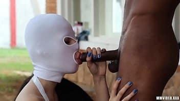 Gostosa dominadora mete com escravos sexuais
