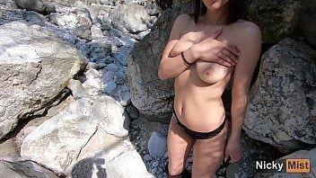 Tarada aventureira metendo nas montanhas com o comedor