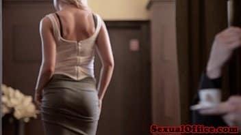 Gifs de sexo dessa linda loira branquinha metendo com força na piroca grande