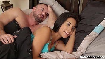Redtubr novinha linda acordou seu namorado sacana pra mamar na pica dele