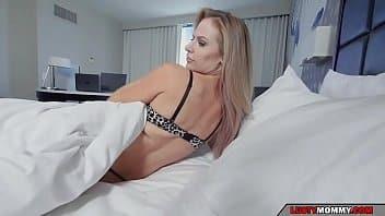 Sexo com mãe tarada que adora ter seu útero espancado