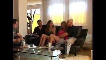 Swing porno sensacional com esses safados trocando de casal com os amigos