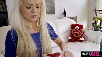 Comendo a safada loirinha que adora uma pirocona na buceta