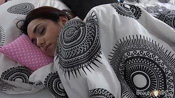 Dormindo porno canalha acordou a namorada pra comer a bucetinha dela