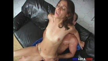 Branquinha pelada quicando na piroca dura do seu namorado bem dotado