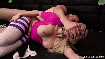 Chupando uma rola e dando a perereca rosada