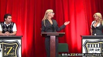 Loira gostosa porno peituda vadia se acabando na rola do novinho roludo