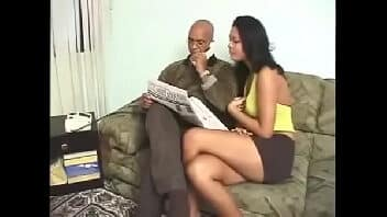 Gostosa de mini saia transando com amante na cama do corno