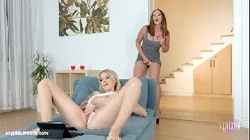 Lesbicas esfregando a bucetinha uma da outra até chegaram ao orgasmo
