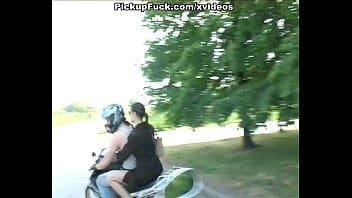 Porno morena gostosa transando com o tio tarado enquanto lavavam a moto