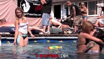 Videos de mulheres transando em uma grande suruba na casa com piscina