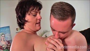 Xnxx. com filho sortudo comendo a buceta da mãe adotiva enquanto o pai viaja
